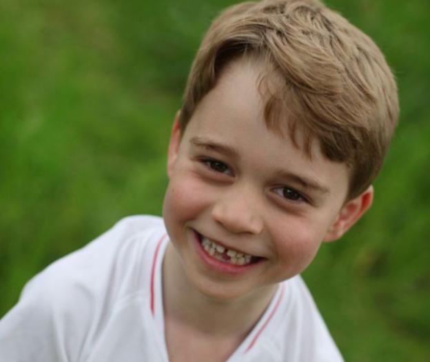 乔治小王子六岁了!官方晒出换牙照