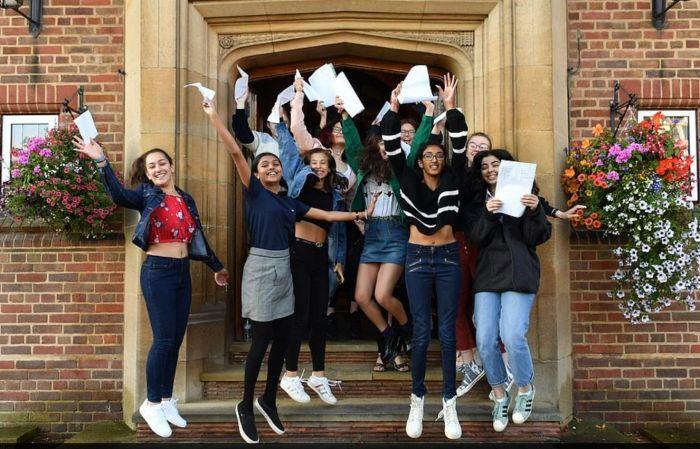 """""""英国高考""""成绩放榜!中国学生申请英大学人数涨32%"""