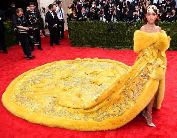 """""""中国高定女王""""震撼英国观众!蕾哈娜""""恰好""""穿过她的衣服"""