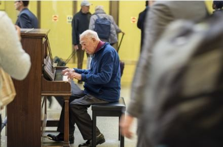 英国街头钢琴每天被无数人弹奏,背后的故事令人动容