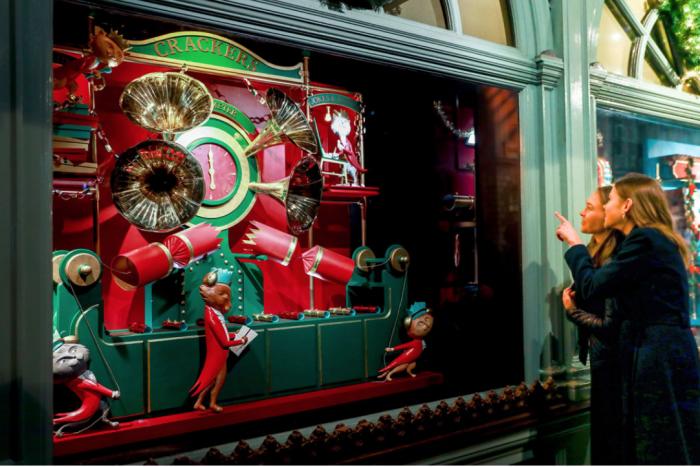现实太闹心!看完今年英国各大百货圣诞橱窗秒治愈