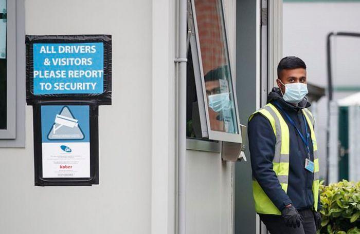 """英国下调新冠警戒级别!三家禽肉工厂暴发疫情,吃肉会""""中招""""吗?"""
