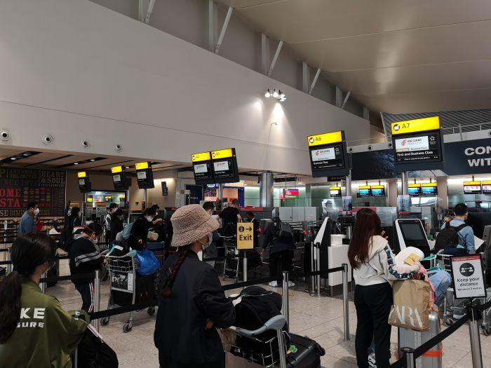 中国留学生亲历从英国乘包机回国!买票、检测、登机、隔离……一步都不能错