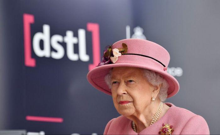 """伦敦周六进入""""二级封锁""""!94岁女王疫情不停工,亲身示范""""永不绝望"""""""