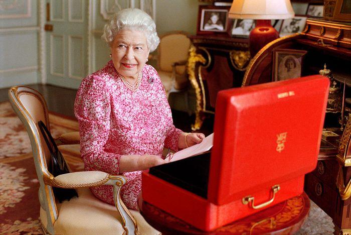 """英女王重申""""永不退休""""!当了68年精神支柱,疫情后还将全力开工"""
