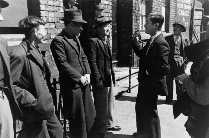 """华人海员""""二战""""时助英国运军火,战后遭遇令人唏嘘!尘封往事揭华人地位变迁"""